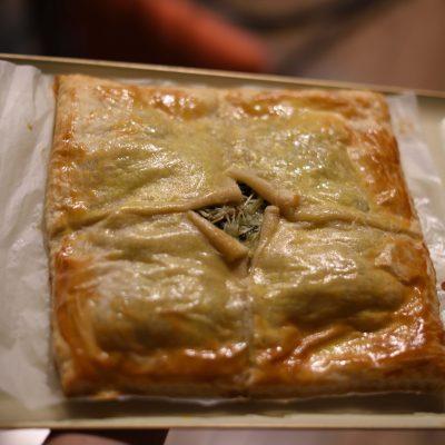 Фото рецепта - Пирог из слоеного теста с семгой, шпинатом и сыром - шаг 7