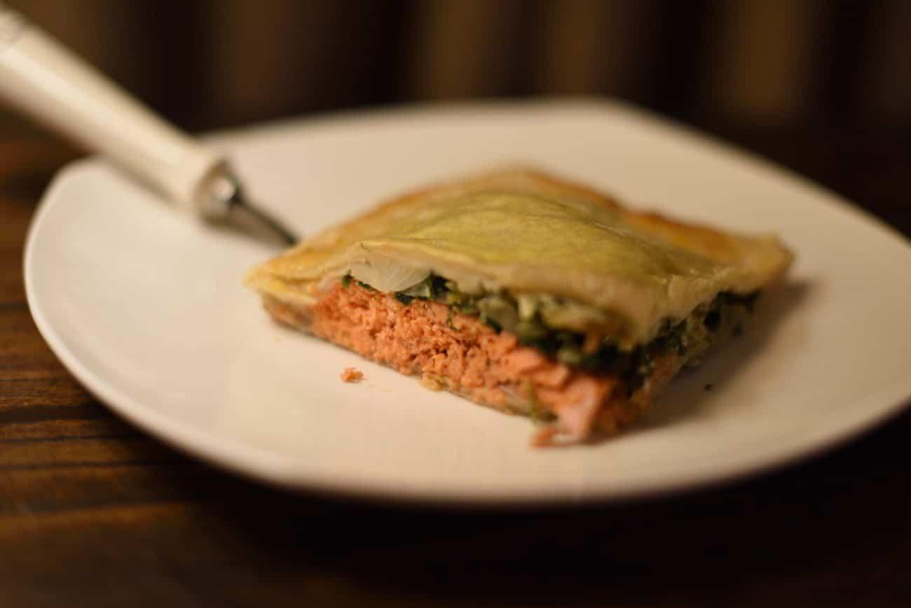 Пирог из слоеного теста с семгой, шпинатом и сыром