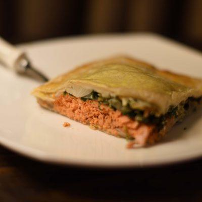 Пирог из слоеного теста с семгой, шпинатом и сыром - рецепт с фото