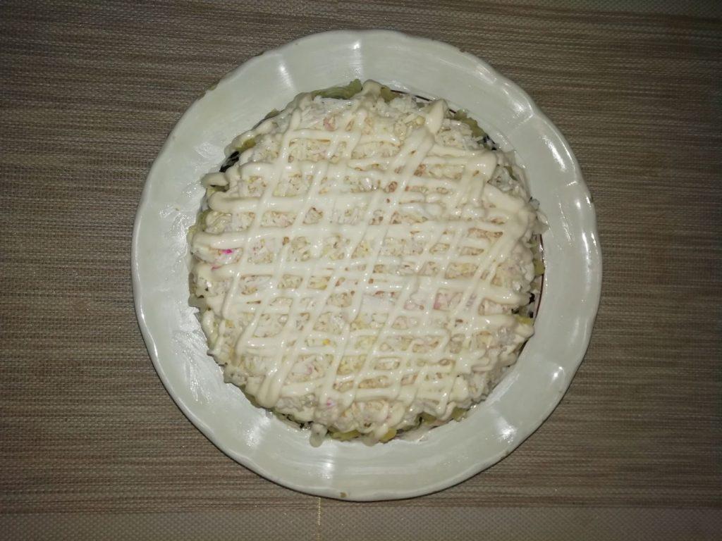 """Фото рецепта - Салат с копченой курочкой, свеклой и черносливом """"Мой генерал"""" - шаг 6"""
