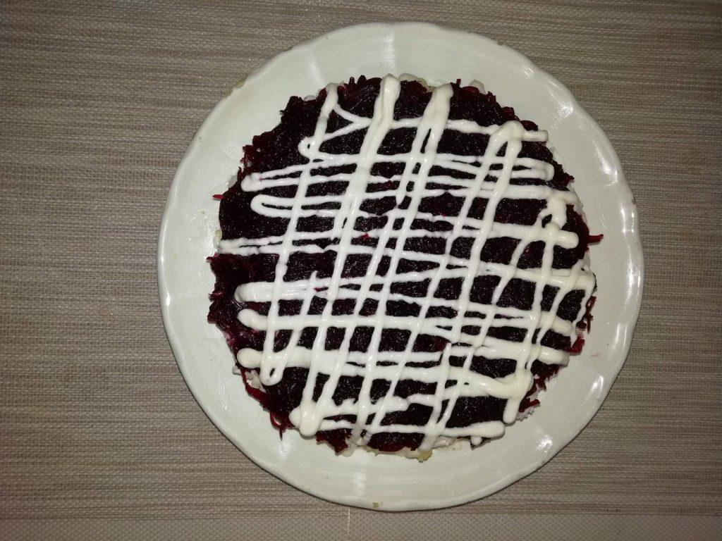 """Фото рецепта - Салат с копченой курочкой, свеклой и черносливом """"Мой генерал"""" - шаг 7"""