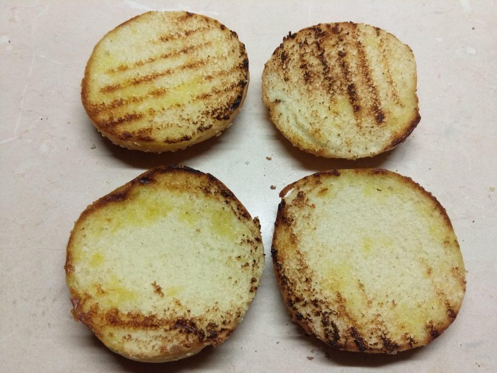 Фото рецепта - Гамбургеры из куриной котлеты, соусом из авокадо и моцареллой - шаг 1