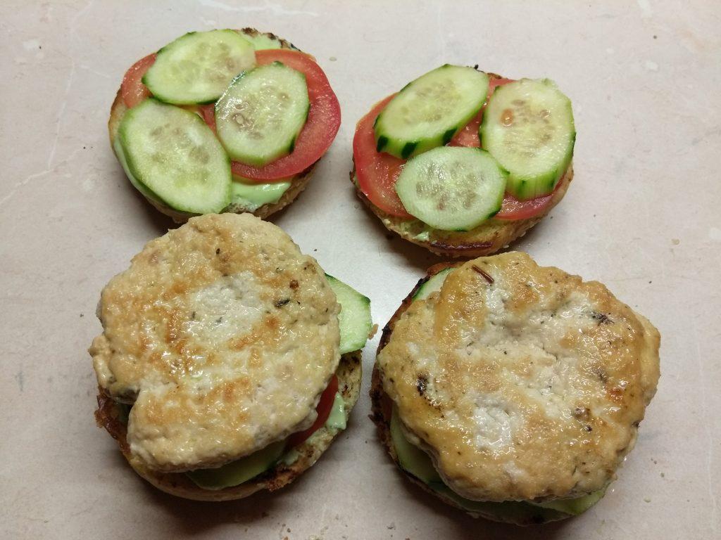 Фото рецепта - Гамбургеры из куриной котлеты, соусом из авокадо и моцареллой - шаг 7
