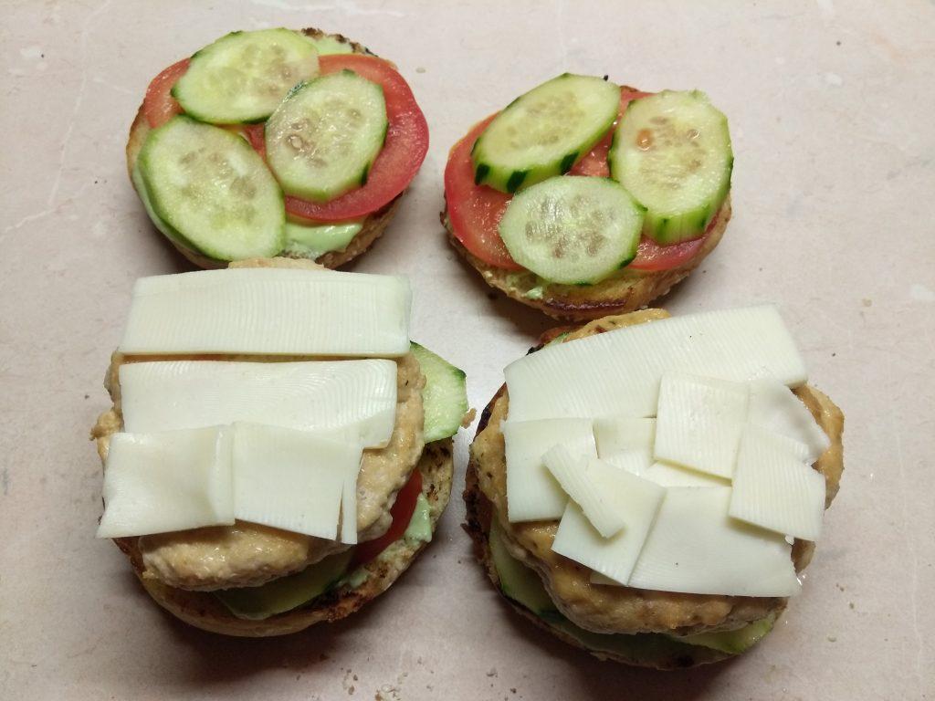 Фото рецепта - Гамбургеры из куриной котлеты, соусом из авокадо и моцареллой - шаг 8