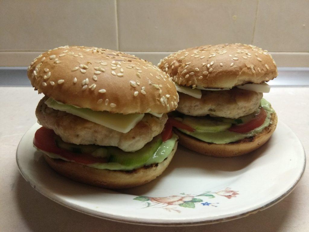 Фото рецепта - Гамбургеры из куриной котлеты, соусом из авокадо и моцареллой - шаг 9