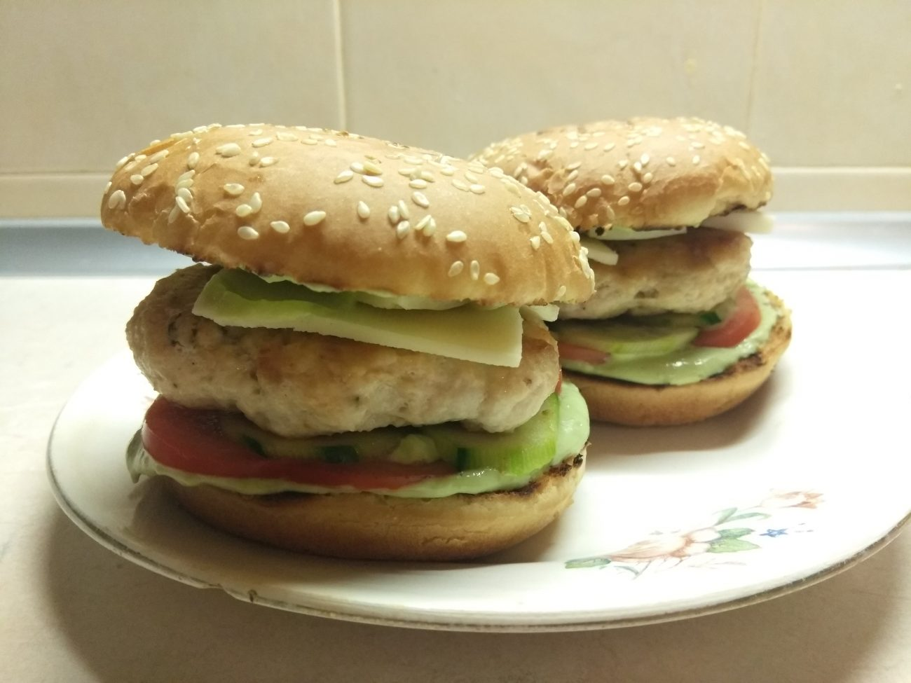 Гамбургеры из куриной котлеты, соусом из авокадо и моцареллой