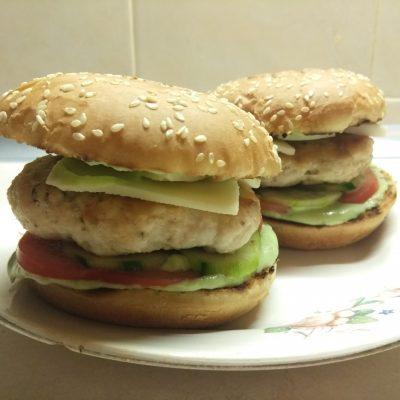 Гамбургеры из куриной котлеты, соусом из авокадо и моцареллой - рецепт с фото