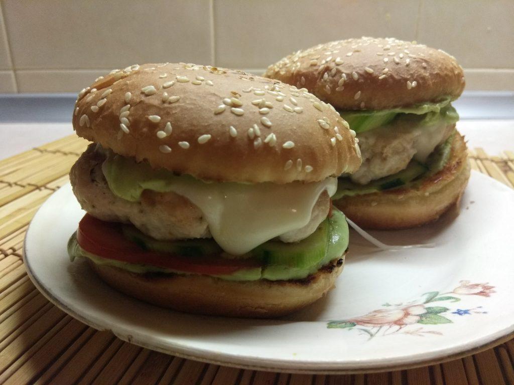 Фото рецепта - Гамбургеры из куриной котлеты, соусом из авокадо и моцареллой - шаг 10