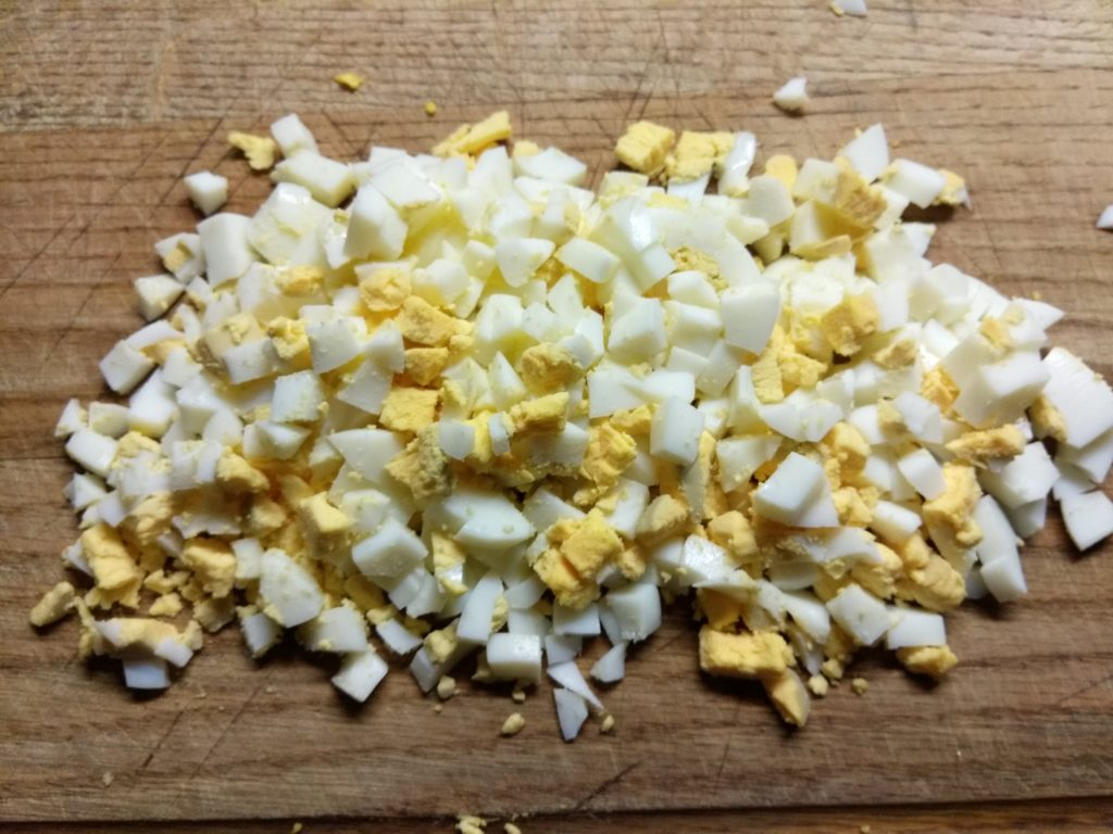 Фото рецепта - Тарталетки с салатом из салями, соленых огурцов и горошка - шаг 1