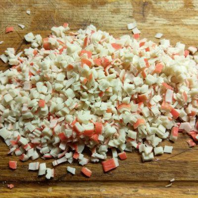 Фото рецепта - Яично-сырный рулет с творогом, крабовыми палочками и зеленым луком - шаг 5