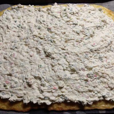 Фото рецепта - Яично-сырный рулет с творогом, крабовыми палочками и зеленым луком - шаг 7