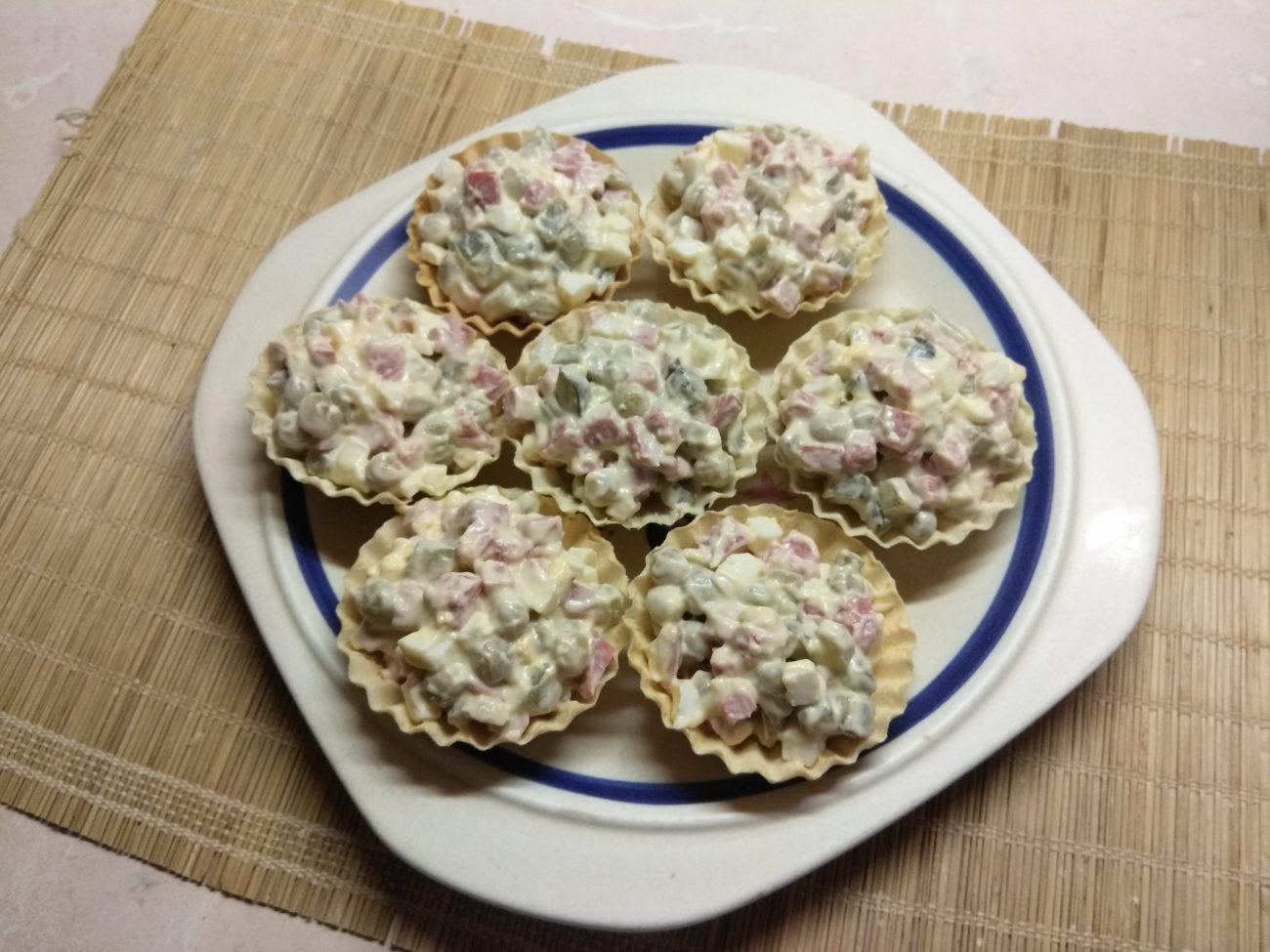 Тарталетки с салатом из салями, соленых огурцов и горошка