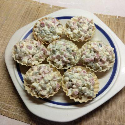 Тарталетки с салатом из салями, соленых огурцов и горошка - рецепт с фото