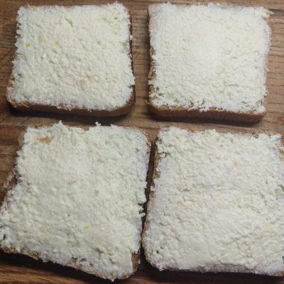 Фото рецепта - Мини-бутерброды с плавленым сыром, салями, огурцами и оливками - шаг 3