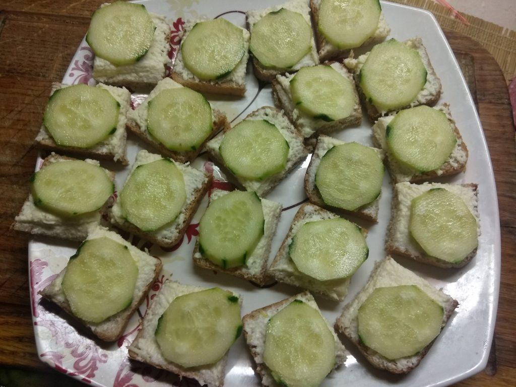 Фото рецепта - Мини-бутерброды с плавленым сыром, салями, огурцами и оливками - шаг 4