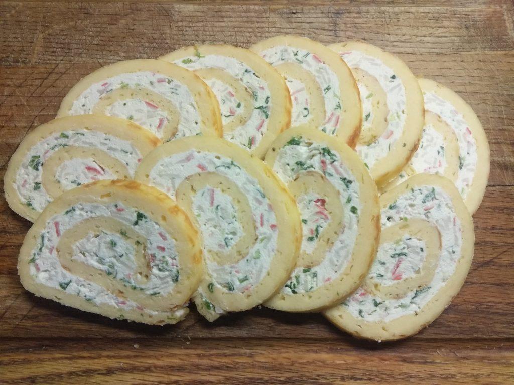 Фото рецепта - Яично-сырный рулет с творогом, крабовыми палочками и зеленым луком - шаг 8