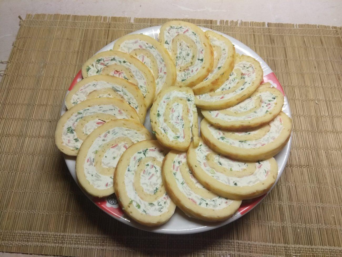 Яично-сырный рулет с творогом, крабовыми палочками и зеленым луком