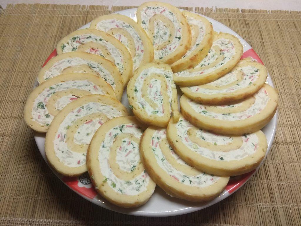 Фото рецепта - Яично-сырный рулет с творогом, крабовыми палочками и зеленым луком - шаг 9