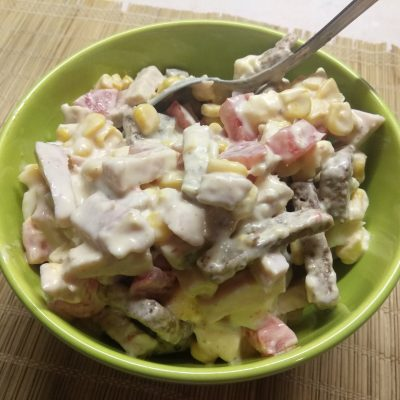 Яичный салат с балыком, кукурузой и ржаными сухариками - рецепт с фото