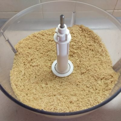 Фото рецепта - Десертная колбаса из печенья с изюмом и сгущенным молоком - шаг 2