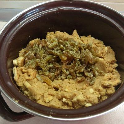 Фото рецепта - Десертная колбаса из печенья с изюмом и сгущенным молоком - шаг 5