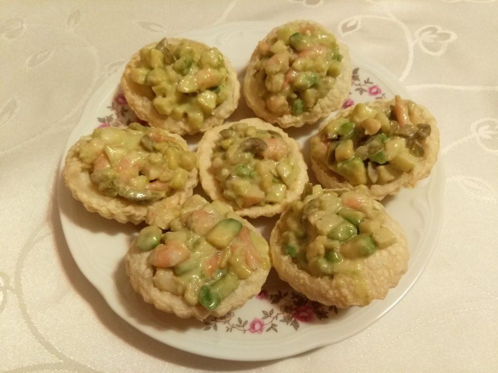 Фото рецепта - Тарталетки из слоеного теста с салатом из креветок, авокадо и яблока - шаг 8