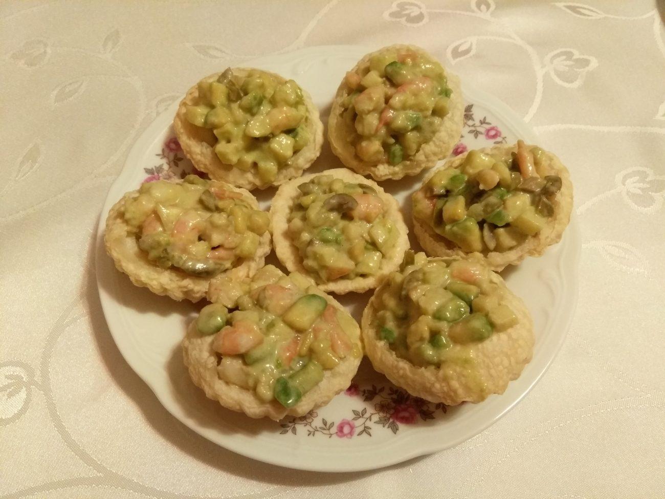 Тарталетки из слоеного теста с салатом из креветок, авокадо и яблока