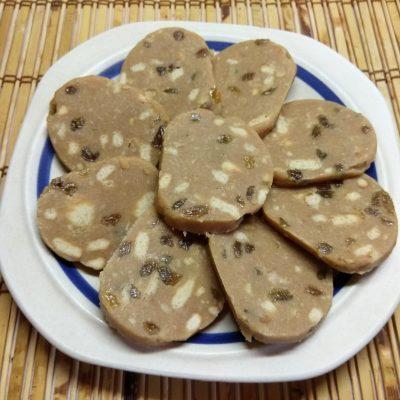 Десертная колбаса из печенья с изюмом и сгущенным молоком - рецепт с фото