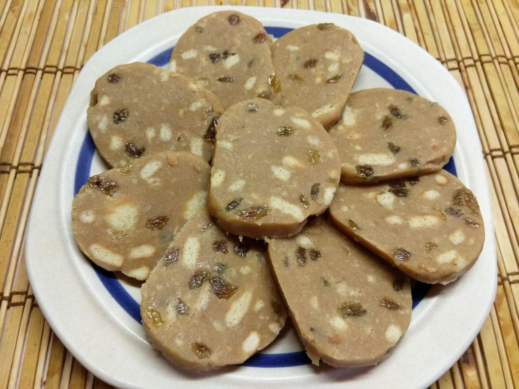 Фото рецепта - Десертная колбаса из печенья с изюмом и сгущенным молоком - шаг 7