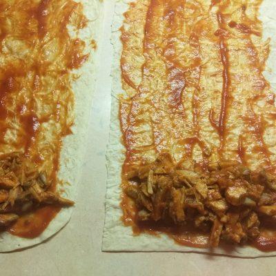 Фото рецепта - Роллы из лаваша с запеченной свининой, шампиньонами и ананасом - шаг 5