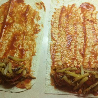 Фото рецепта - Роллы из лаваша с запеченной свининой, шампиньонами и ананасом - шаг 6