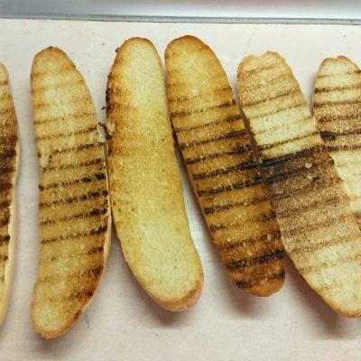 Фото рецепта - Сэндвичи с салями и омлетом - шаг 2
