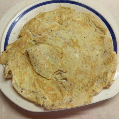 Фото рецепта - Сэндвичи с салями и омлетом - шаг 1
