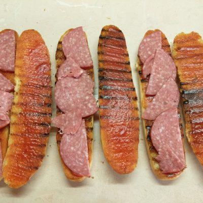 Фото рецепта - Сэндвичи с салями и омлетом - шаг 4