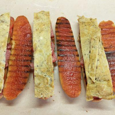 Фото рецепта - Сэндвичи с салями и омлетом - шаг 7