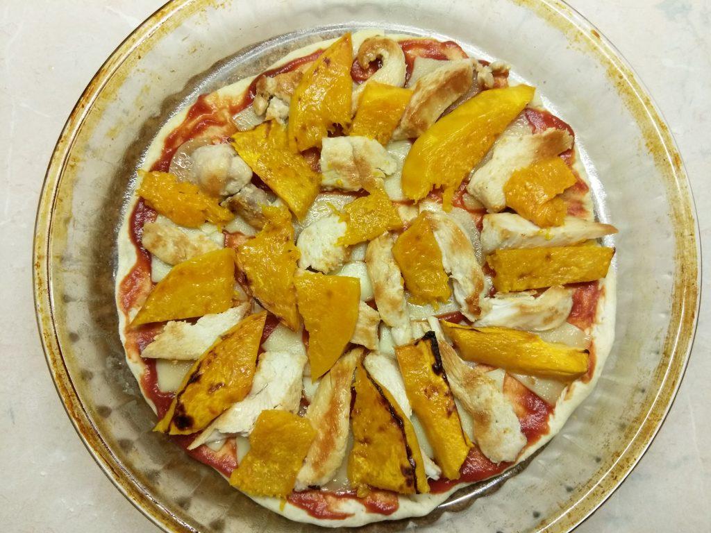 Фото рецепта - Пицца с курицей и тыквой - шаг 6