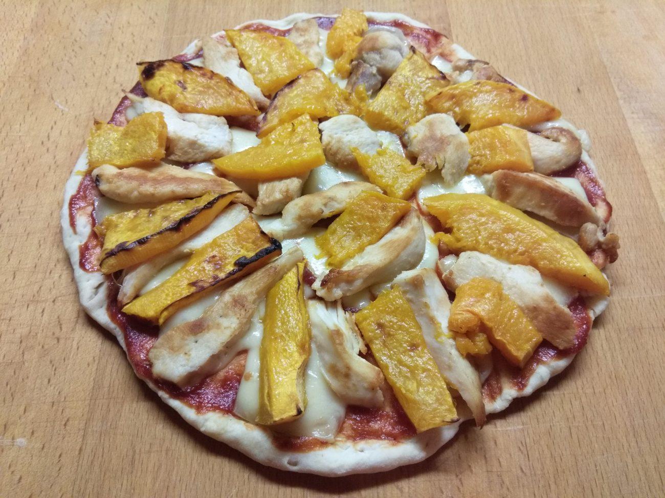 Пицца с курицей и тыквой