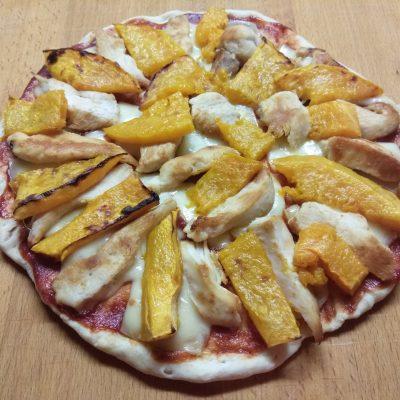Пицца с курицей и тыквой - рецепт с фото