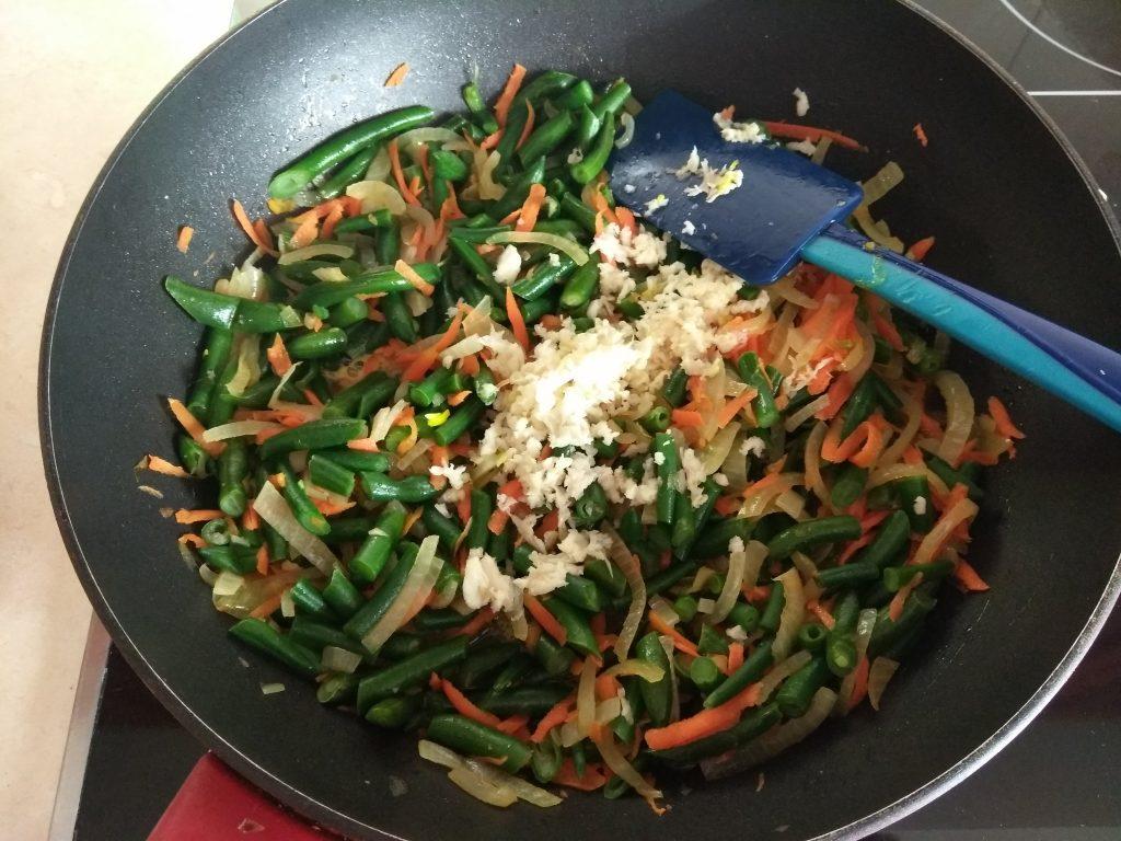 Фото рецепта - Стручковая фасоль, тушенная с луком и морковью - шаг 5