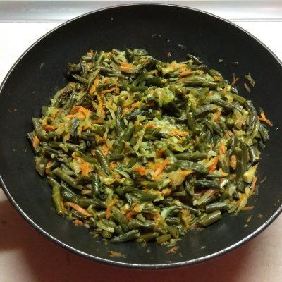 Фото рецепта - Стручковая фасоль, тушенная с луком и морковью - шаг 6