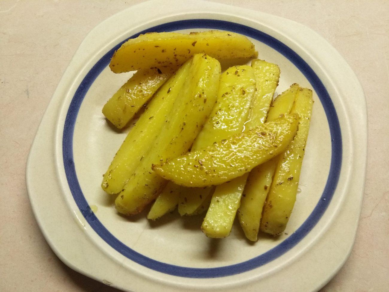 Картофельные палочки, запеченные в духовке в травах