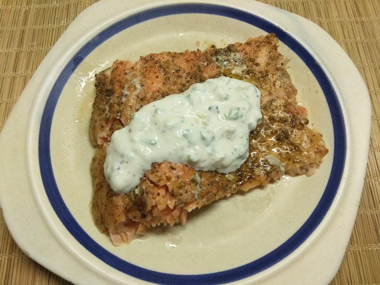 Запеченное филе лосося под сметанным соусом