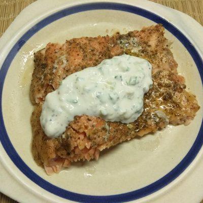 Запеченное филе лосося под сметанным соусом - рецепт с фото