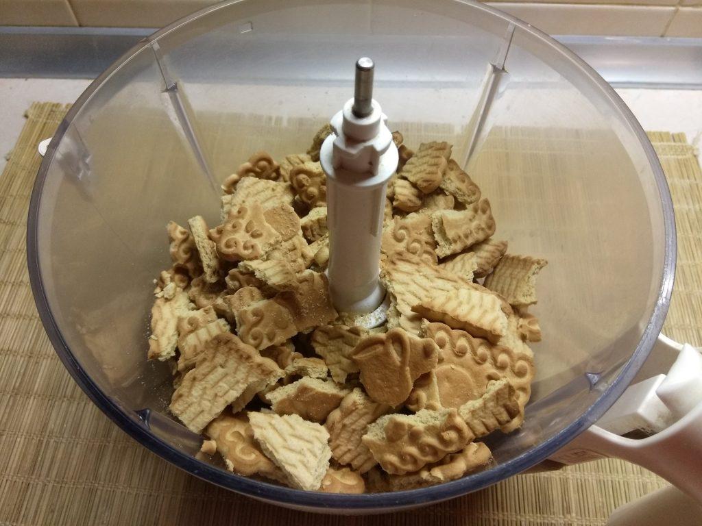 Фото рецепта - Конфеты из сахарного печенья с курагой и клюквой - шаг 1
