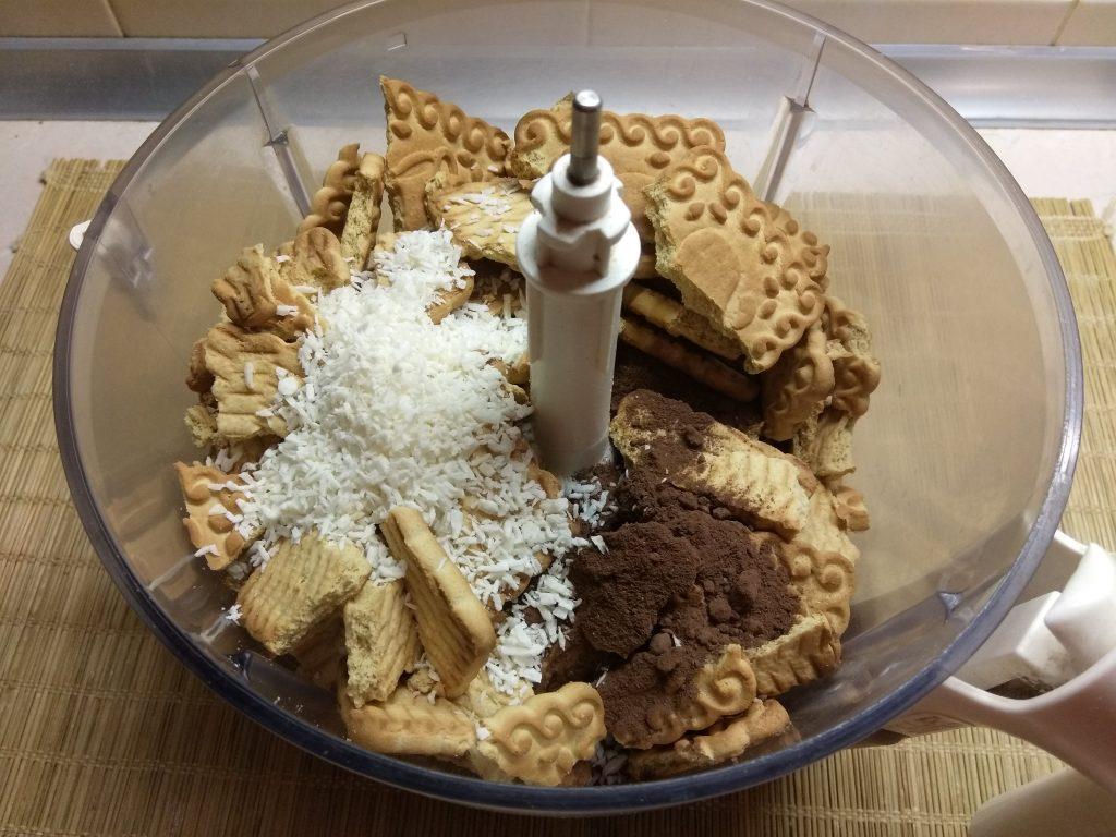 Фото рецепта - Конфеты из сахарного печенья с курагой и клюквой - шаг 2