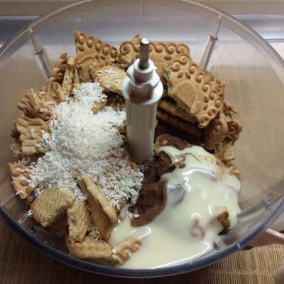 Фото рецепта - Конфеты из сахарного печенья с курагой и клюквой - шаг 3