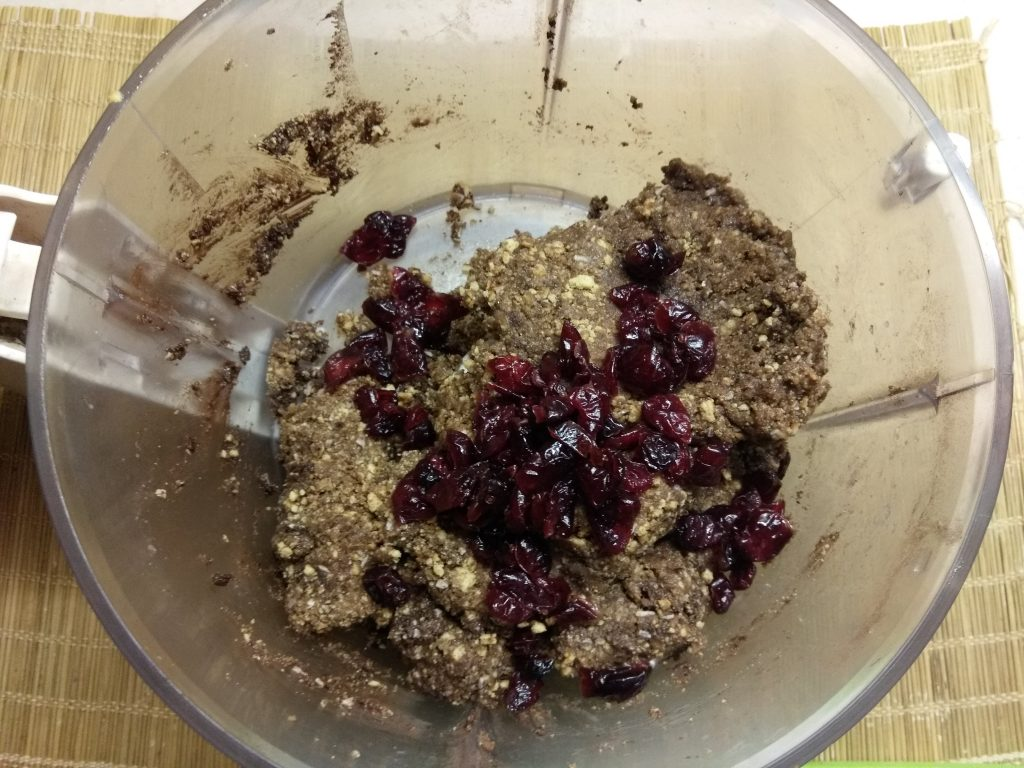 Фото рецепта - Конфеты из сахарного печенья с курагой и клюквой - шаг 5