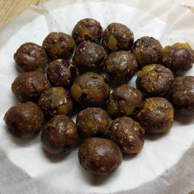 Фото рецепта - Конфеты из сахарного печенья с курагой и клюквой - шаг 6