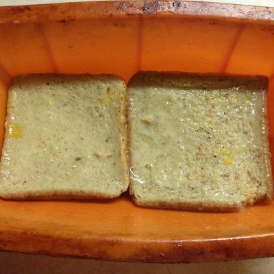 Фото рецепта - Запеканка из черствого хлеба с яблоками и грушами - шаг 3