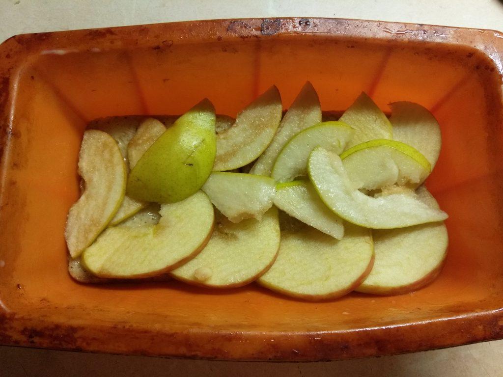 Фото рецепта - Запеканка из черствого хлеба с яблоками и грушами - шаг 4